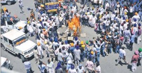 SAD workers burning an effigy of the UPA government in Jalandhar