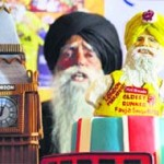 Marathon runner Fauja Singh with the special cake dedicated to him by Hot Breads in Ludhiana
