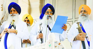Akal Takht Jathedar Giani Gurbachan Singh (center) reads out his edict from the rostrum of the Takht in Amritsar on