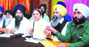 Gurdeep Kaur, president, Istri wing of 1984 Sikh Katle-Aam Peerat Welfare Society, and Karnail Singh Peermohammad, Sikhs for Justice convener (India), address mediapersons in Ludhiana.